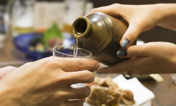 日本酒の注ぎ手のマナー