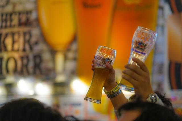 みんなでビールを乾杯するイメージ