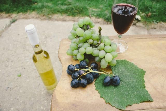木の机の上のぶどうとワイン
