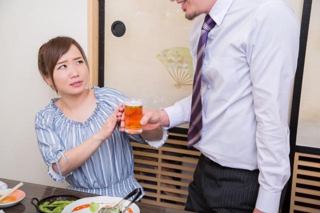 お酒を断る女性